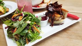 Ψημένο χοιρινό κρέας με το μικτό λαχανικό στοκ φωτογραφία με δικαίωμα ελεύθερης χρήσης