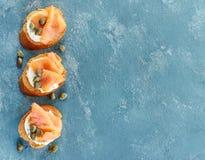 Ψημένο ψωμί με τη λωρίδα σολομών και το τυρί κρέμας Στοκ Εικόνες