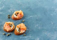 Ψημένο ψωμί με το τυρί και το σολομό κρέμας Στοκ Εικόνα