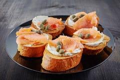 Ψημένο ψωμί με το τυρί σολομών και κρέμας Στοκ Φωτογραφίες
