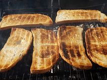 Ψημένο ψωμί πέρα από τη χαμηλή πυρκαγιά Στοκ εικόνα με δικαίωμα ελεύθερης χρήσης