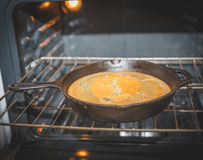 Ψημένο ψωμί σε ένα skillet χυτοσιδήρου σε έναν φούρνο στο σπίτι Στοκ Φωτογραφίες