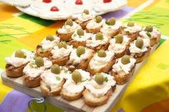 Ψημένο ψωμί τις ελιές, το μαϊντανό και τη μαγιονέζα που γίνονται με με το γάλα σόγιας Στοκ φωτογραφία με δικαίωμα ελεύθερης χρήσης