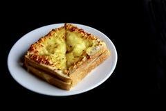 Ψημένο ψωμί τυριών στο πιάτο Στοκ εικόνες με δικαίωμα ελεύθερης χρήσης