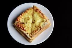 Ψημένο ψωμί τυριών στο πιάτο Στοκ φωτογραφίες με δικαίωμα ελεύθερης χρήσης