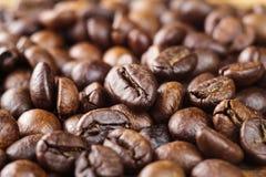Ψημένο arabica φασολιών καφέ, κινηματογράφηση σε πρώτο πλάνο, εκλεκτική εστίαση, μακρο εικόνα Στοκ Εικόνες