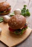 ψημένο burger σουσαμιού, πράσινα μικροϋπολογιστών και ακατέργαστα συστατικά λαχανικών στοκ εικόνα
