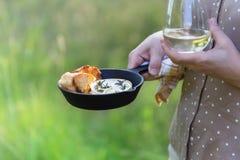 Ψημένο camembert τυρί με το σκόρδο και δεντρολίβανο στο χυτοσίδηρο SK Στοκ εικόνες με δικαίωμα ελεύθερης χρήσης