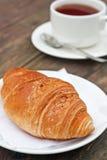ψημένο croissant φρέσκο τσάι φλυτζ&al Στοκ εικόνα με δικαίωμα ελεύθερης χρήσης