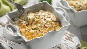 Ψημένο gratin casserole κοτόπουλο με τα μανιτάρια σε μια σάλτσα κρέμας απόθεμα βίντεο
