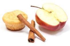 Ψημένο muffin, φρέσκα μήλο και ραβδιά κανέλας στο άσπρο υπόβαθρο στοκ φωτογραφίες με δικαίωμα ελεύθερης χρήσης