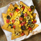 Ψημένο Nachos με το τυρί και τα λαχανικά Στοκ Φωτογραφίες