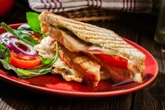 Ψημένο panini με το σάντουιτς ζαμπόν, τυριών και ντοματών Στοκ εικόνα με δικαίωμα ελεύθερης χρήσης