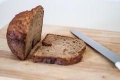Ψημένο Reshly ψωμί στον ξύλινο τέμνοντα πίνακα στοκ εικόνες