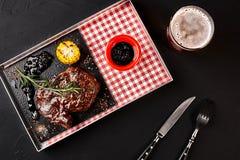 Ψημένο tenderloin βόειου κρέατος με τα χορτάρια, το ψημένες καλαμπόκι και τη σάλτσα Rosemary-σταφίδων Τοπ όψη στοκ φωτογραφίες