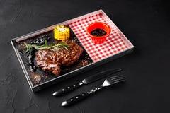 Ψημένο tenderloin βόειου κρέατος με τα χορτάρια, το ψημένες καλαμπόκι και τη σάλτσα Rosemary-σταφίδων Τοπ όψη Στοκ εικόνα με δικαίωμα ελεύθερης χρήσης
