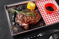 Ψημένο tenderloin βόειου κρέατος με τα χορτάρια, το ψημένες καλαμπόκι και τη σάλτσα Rosemary-σταφίδων Τοπ όψη Στοκ φωτογραφίες με δικαίωμα ελεύθερης χρήσης
