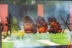 Ψητά Shish kebab στη σχάρα Τρία κομμάτια του χοιρινού κρέατος είναι κάτω από την πυρκαγιά στον καπνό στην οδό το καλοκαίρι στοκ φωτογραφία με δικαίωμα ελεύθερης χρήσης