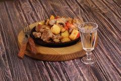 Ψητό με μια πατάτα, το κρέας και τα μανιτάρια και wine-glass βότκας Στοκ φωτογραφίες με δικαίωμα ελεύθερης χρήσης