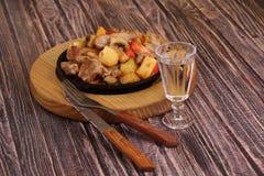 Ψητό με μια πατάτα, το κρέας και τα μανιτάρια και wine-glass βότκας Στοκ εικόνες με δικαίωμα ελεύθερης χρήσης