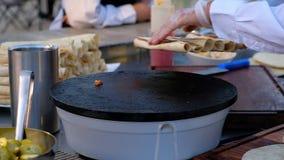 Ψητό Burrito σε ένα καυτό πιάτο Σε αργή κίνηση βίντεο hd φιλμ μικρού μήκους