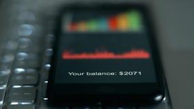 Ψηφία της ισορροπίας απολογισμού στην οθόνη smartphone απόθεμα βίντεο