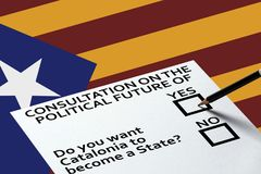 Ψηφίζοντας στις εκλογές ή το δημοψήφισμα, ψήφος για την ψηφοφορία για την εθνική σημαία της Καταλωνίας με το υπόβαθρο αστεριών Στοκ φωτογραφία με δικαίωμα ελεύθερης χρήσης