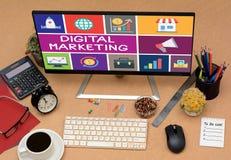 Ψηφιακά εικονίδια έννοιας μάρκετινγκ στη τοπ άποψη επιτραπέζιων υπολογιστών γραφείων Στοκ Εικόνες