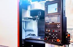 Ψηφιακά - ελεγχόμενος σύγχρονος cnc τόρνος με το ανοικτό μέρος για την επεξεργασία μετάλλων σε ένα εργοστάσιο στοκ φωτογραφία με δικαίωμα ελεύθερης χρήσης
