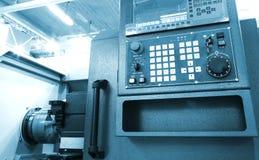 Ψηφιακά - ελεγχόμενος σύγχρονος cnc τόρνος στο εργοστάσιο στα όμορφα, σύγχρονα, κατασκευασμένα χρώματα στοκ εικόνες
