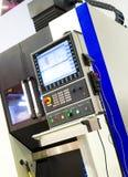 Ψηφιακά - ελεγχόμενος σύγχρονος cnc τόρνος στο εργοστάσιο στα όμορφα, σύγχρονα, κατασκευασμένα χρώματα στοκ φωτογραφίες