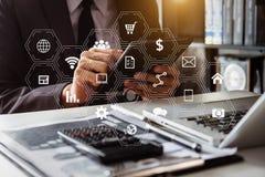 Ψηφιακά μέσα μάρκετινγκ στην εικονική οθόνη Επιχείρηση στοκ εικόνες με δικαίωμα ελεύθερης χρήσης