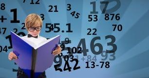 Ψηφιακά παραγμένη εικόνα του βιβλίου ανάγνωσης αγοριών με τους αριθμούς που πετά στο διαμορφωμένο κλίμα διανυσματική απεικόνιση