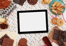 Ψηφιακά ταμπλέτα, γλυκά και συστατικά στοκ εικόνα με δικαίωμα ελεύθερης χρήσης