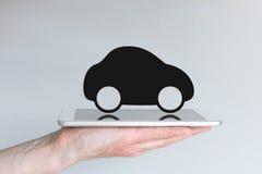 Ψηφιακές μεταφορά και κινητικότητα με το εικονίδιο αυτοκινήτων στην ταμπλέτα Στοκ Φωτογραφία