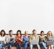 Ψηφιακές συσκευές σύνδεσης ανθρώπων ποικιλομορφίας που κοιτάζουν βιαστικά την έννοια Στοκ Φωτογραφία