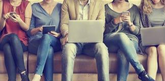 Ψηφιακές συσκευές σύνδεσης ανθρώπων ποικιλομορφίας που κοιτάζουν βιαστικά την έννοια Στοκ εικόνα με δικαίωμα ελεύθερης χρήσης