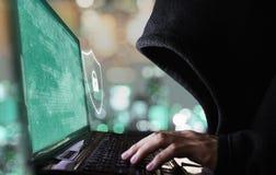Ψηφιακές σύστημα και προστασία ασφαλείας δεδομένων Ο ανώνυμος χάκερ προσπαθεί στη χάραξη στο lap-top υπολογιστών στοκ φωτογραφία με δικαίωμα ελεύθερης χρήσης