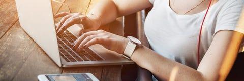 Ψηφιακή έννοια Διαδικτύου συσκευών σύνδεσης γυναικών γυναικών Στοκ φωτογραφίες με δικαίωμα ελεύθερης χρήσης