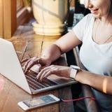 Ψηφιακή έννοια Διαδικτύου συσκευών σύνδεσης γυναικών γυναικών Στοκ εικόνα με δικαίωμα ελεύθερης χρήσης