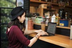 Ψηφιακή έννοια Διαδικτύου συσκευών σύνδεσης γυναικών γυναικών Στοκ Εικόνα