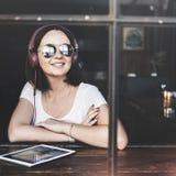 Ψηφιακή έννοια Διαδικτύου συσκευών σύνδεσης γυναικών Στοκ εικόνες με δικαίωμα ελεύθερης χρήσης