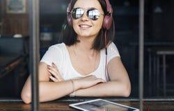 Ψηφιακή έννοια Διαδικτύου συσκευών σύνδεσης γυναικών Στοκ φωτογραφία με δικαίωμα ελεύθερης χρήσης