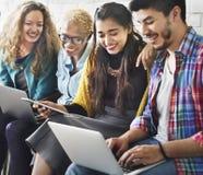 Ψηφιακή έννοια δικτύων τεχνολογίας συσκευών σύνδεσης φίλων Στοκ εικόνα με δικαίωμα ελεύθερης χρήσης