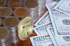 Ψηφιακή έννοια νομίσματος, bitcoin, άλλοι σωροί νομισμάτων, αμερικανικός λογαριασμός αμερικανικών δολαρίων Στοκ φωτογραφία με δικαίωμα ελεύθερης χρήσης