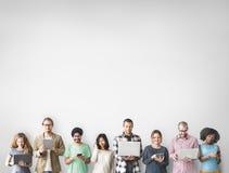 Ψηφιακή έννοια συσκευών σύνδεσης ομάδας ανθρώπων Στοκ Εικόνες