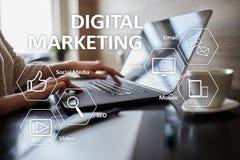 Ψηφιακή έννοια τεχνολογίας μάρκετινγκ Διαδίκτυο On-line Βελτιστοποίηση μηχανών αναζήτησης SEO SMM τηλεοπτική διαφήμιση στοκ εικόνα