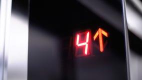 Ψηφιακή επίδειξη στον ανελκυστήρα που αυξάνεται επάνω στο πάτωμα με ένα βέλος επάνω απόθεμα βίντεο