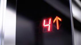 Ψηφιακή επίδειξη στον ανελκυστήρα που αυξάνεται επάνω στο πάτωμα με ένα βέλος επάνω φιλμ μικρού μήκους
