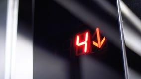 Ψηφιακή επίδειξη στον ανελκυστήρα που κατεβαίνει από το 7ο στο 1$ο πάτωμα με ένα βέλος κάτω φιλμ μικρού μήκους